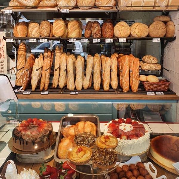 panes artesanos hogazas y pasteles en Noja